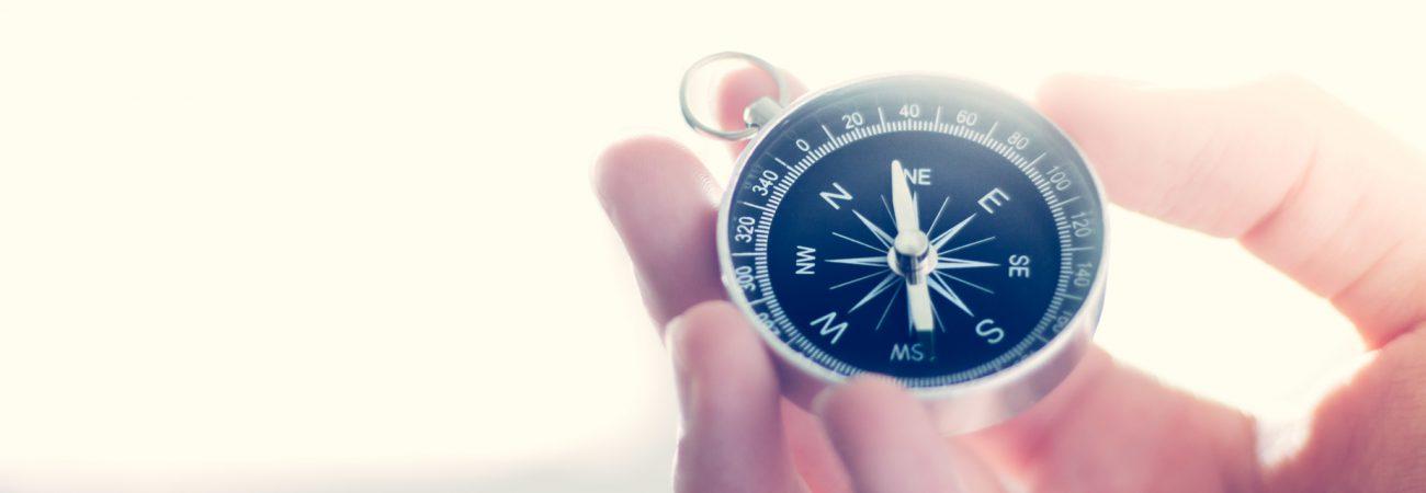 Kompass in Männerhand, Breitbild